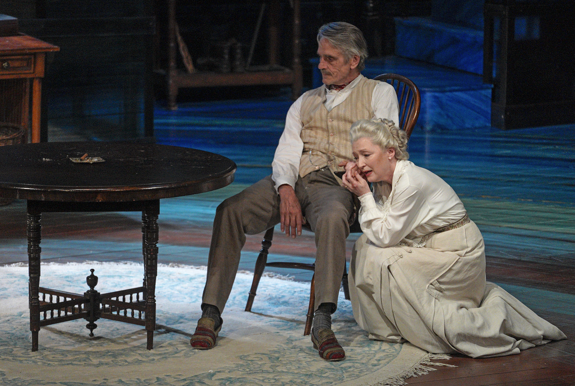 Jeremy Irons (James Tyrone), Lesley Manville (Mary Tyrone). PHOTO CREDIT: Lawrence K. Ho